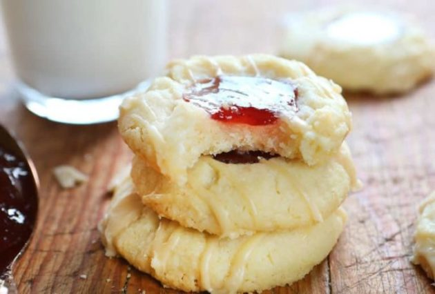 These Raspberry Thumbprint Cookies - delicious melt-in-your-mouth cookie!